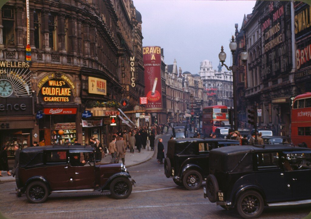 Piccadilly Circus em 1949. Foto: Chalmers Butterfield CC sa 2.5