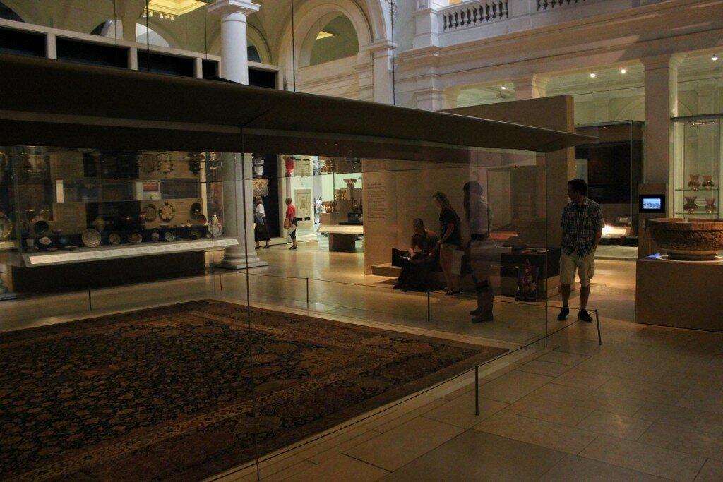 Redoma de vidro protege tapete persa histórico