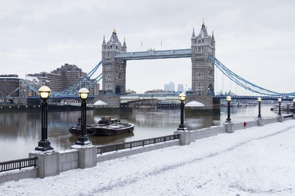 Tower Bridge em Londres na neve