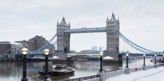 Tower Bridge em Londres na neve