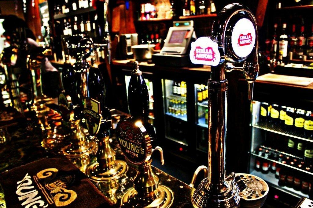 As chopeiras de um pub londrino. Foto: Mapa de Londres