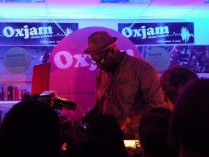 Em club de Dalston, show do festival Oxjam. Foto: Simon Q, CC BY-SA 2.0