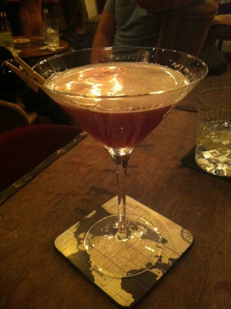The Seventh Aviary (£15) com uísque Monkey Shoulder e licor Cherry Heering misturados com suco de laranja e vermute Antica Formula. Este drink é um pouco mais forte e amargo, e é possível sentir o sabor do álcool mais acentuado, em especial do uísque. Foto: Kamilla Fernandes, Mapa de Londres
