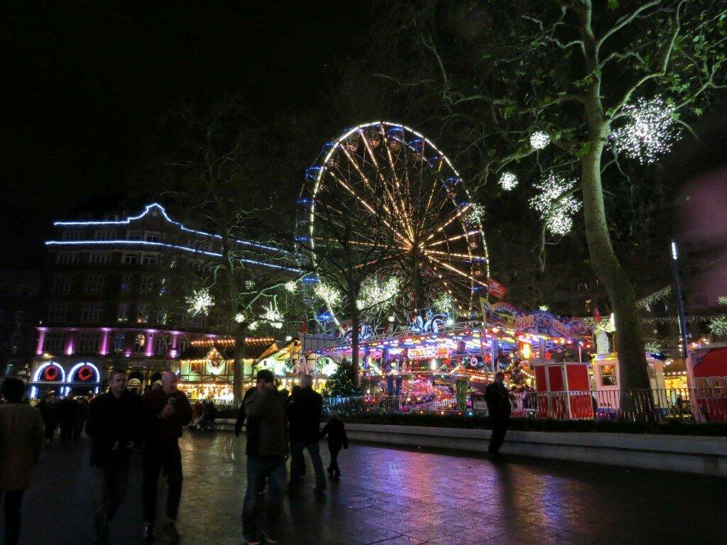 Praça ganhou miniparque de diversões. Foto: Kamilla Fernandes, Mapa de Londres