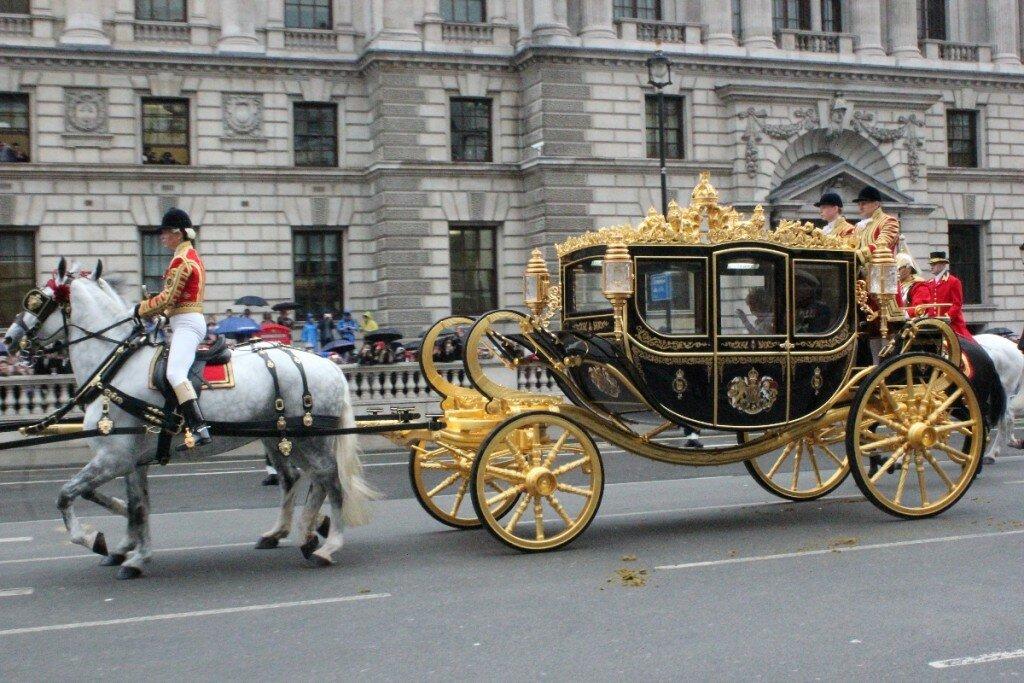 Rainha a caminho da Abertura do Parlamento na manhã desta quarta. Fotos: Gustavo Heldt, Mapa de Londres