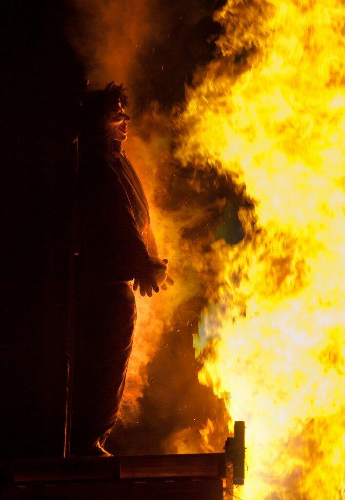 Representações de Guy Fawkes costumam ser queimadas na Bonfire Night. Foto: William Warby. CC BY 2.0