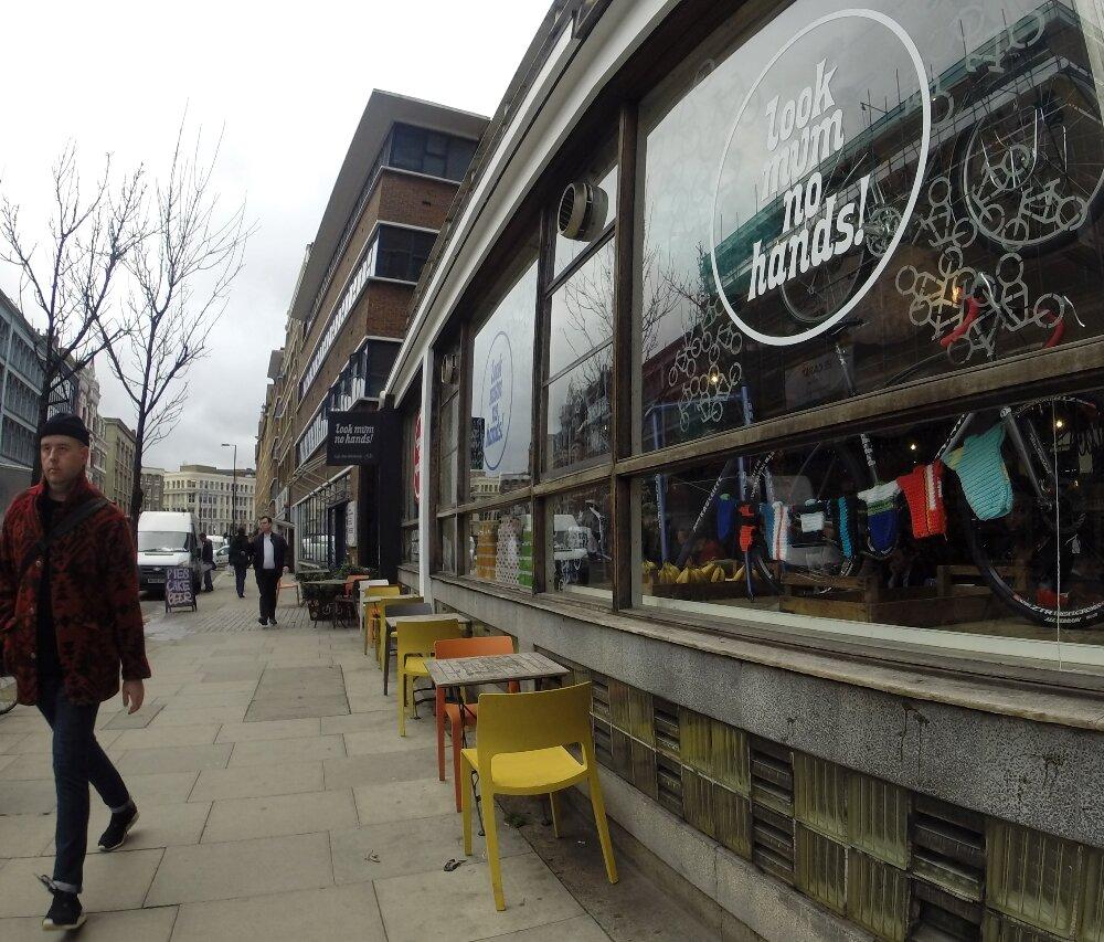 Cafeteria em Old Street também é loja e oficina de bikes. Foto: Laura Cappelatti, especial para o Mapa de Londres