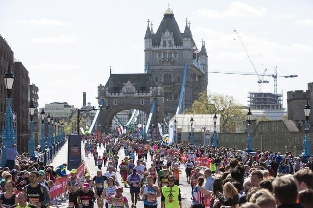Participantes da corrida passando pela Tower Bridge. Foto: Divulgação