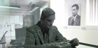 Estátua de Alan Turing em Bletchley Park. Foto: Jon Callas, CC BY-SA 2.0