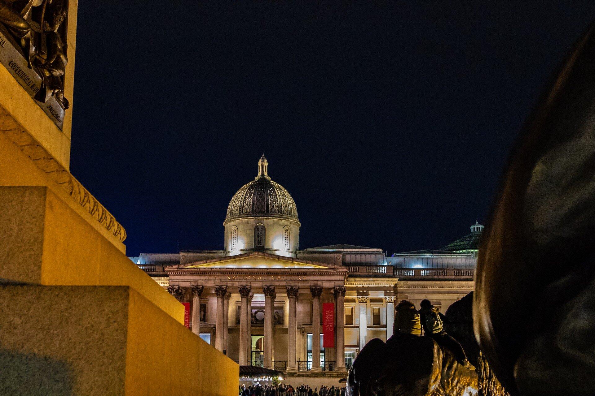 Foto da frente da Galeria Nacional durante a noite
